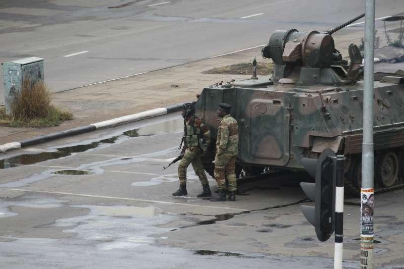 辛巴威軍方的裝甲車15日仍在首都哈拉雷隨處可見。(美聯社)