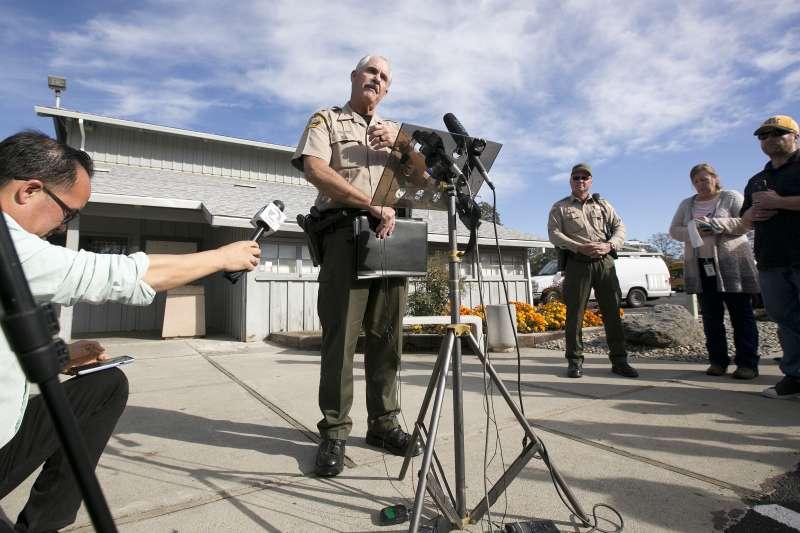 美國加州德哈馬郡一間小學14日發生槍擊案,警方正在說明案情。(美聯社)