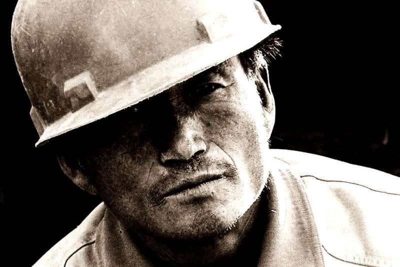台灣許多雇主利用勞工不懂法律,惡意使其簽下不合理的合約。(圖/Saad Akhtar@flickr)