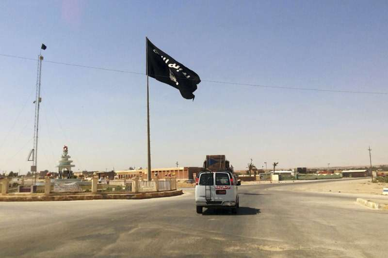 伊拉克收復最後1個被伊斯蘭國(IS)占據的城鎮拉瓦,圖為IS先前在拉瓦升起的旗幟(AP)