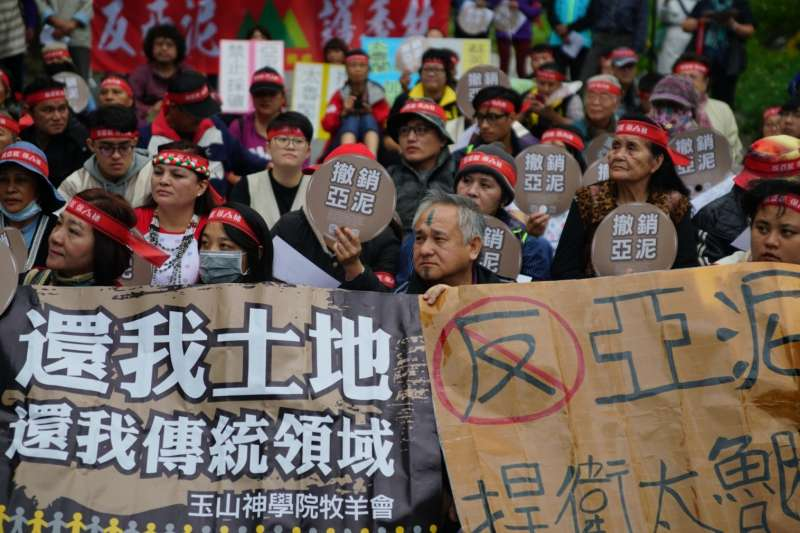 亞泥在花蓮的新城礦場22日到期,今(23)日反亞泥還我土地自救會及環團在通往新城礦場的入山路口封路抗議,預計為期8天。(地球公民基金會提供)