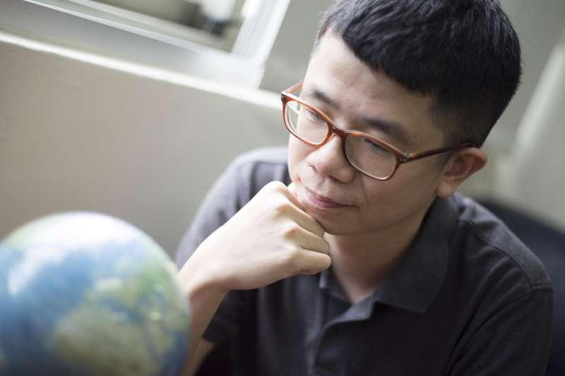 中研院經濟所的楊子霆助研究員,分析數據解開台灣薪資凍漲、發展困境的關鍵,並提出未來可行之路。他說:「有些人會說臺灣是鬼島,但臺灣不是沒有希望。」(圖/攝影│張語辰)