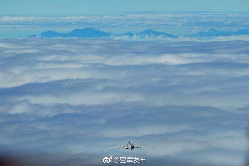 中共解放軍22和23日連續2天進行跨島鏈遠海長航訓練,中國空軍官方微博「空軍發佈」24日發布照片,轟6K戰機疑似對著玉山飛行(微博)