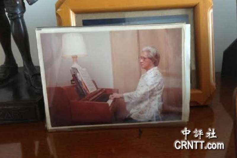 宋胡窕容80多歲時,還在學習彈鋼琴。(中評社)