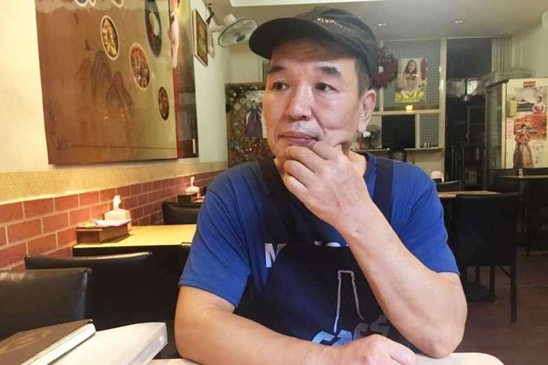 在韓國被關兩年、在台灣被關十年,韓式料理店老闆侯丙木一臉和善,卻有著外人難以想像的「浪子」經歷。(圖/鐘敏瑜攝)