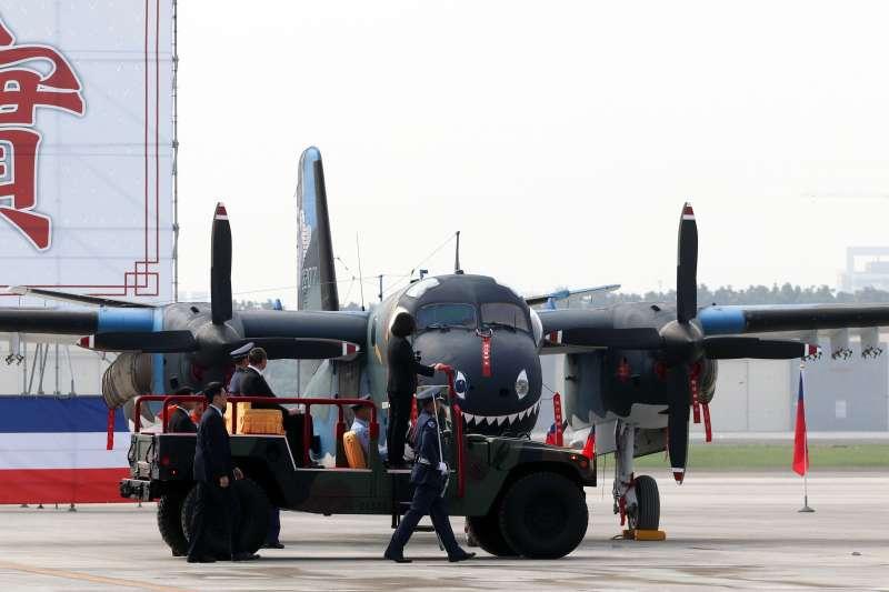 20171201-總統蔡英文上午前往空軍屏東基地主持「P-3C型機成軍暨S-2T型機除役及飛行部隊番號更銜典禮」。圖為蔡總統校閱車駛過S-2T型機前。(蘇仲泓攝)