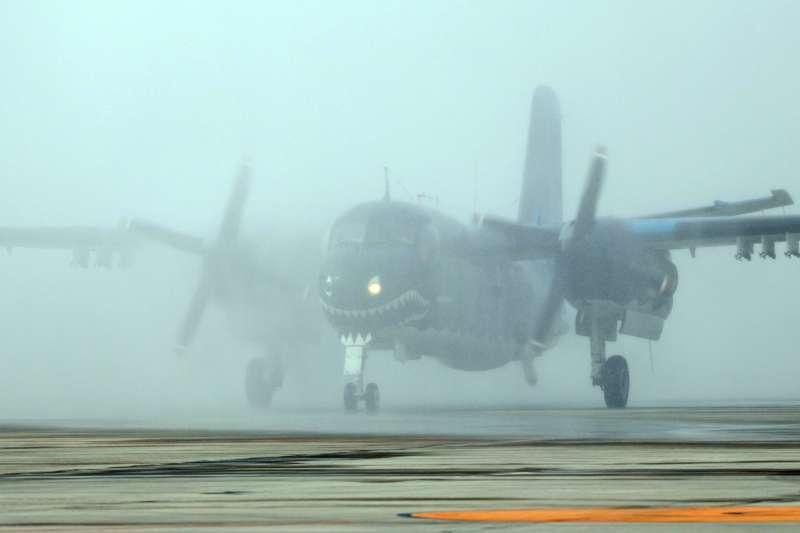 20171201-總統蔡英文上午前往空軍屏東基地主持「P-3C型機成軍暨S-2T型機除役及飛行部隊番號更銜典禮」。圖為最編號2220的S-2T型機執行完最後一趟飛行任務後,滑回大坪接受噴水儀式來歡送退役。(蘇仲泓攝)