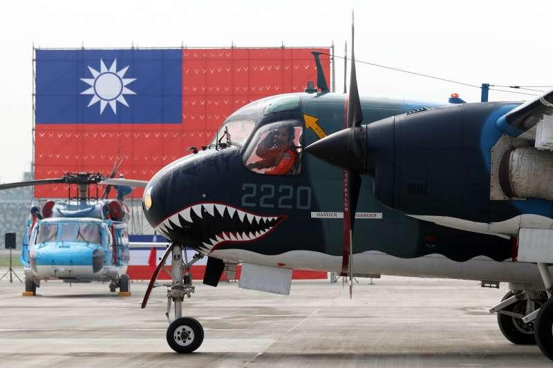 20171201-總統蔡英文上午前往空軍屏東基地主持「P-3C型機成軍暨S-2T型機除役及飛行部隊番號更銜典禮」。圖為最編號2220的S-2T型機執行完最後一趟飛行任務後,滑回大坪,機上人員特別向來賓敬禮致意。(蘇仲泓攝)