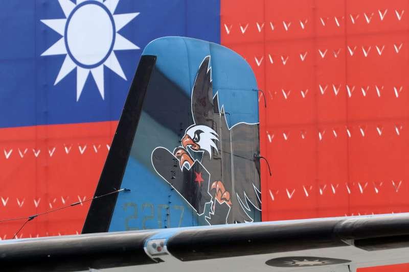 20171201-總統蔡英文上午前往空軍屏東基地主持「P-3C型機成軍暨S-2T型機除役及飛行部隊番號更銜典禮」。圖為現場陳展的S-2T型機,有著獵殺潛艦的彩色塗裝。(蘇仲泓攝)