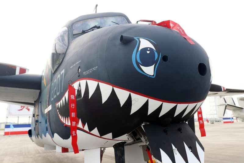 20171201-總統蔡英文上午前往空軍屏東基地主持「P-3C型機成軍暨S-2T型機除役及飛行部隊番號更銜典禮」。圖為現場陳展的S-2T型機,機頭有著醒目的鯊魚塗裝。(蘇仲泓攝)