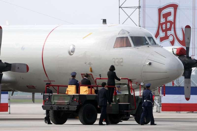 20171201-總統蔡英文上午前往空軍屏東基地主持「P-3C型機成軍暨S-2T型機除役及飛行部隊番號更銜典禮」。圖為蔡英文的校閱車通過P-3C型機前。(蘇仲泓攝)