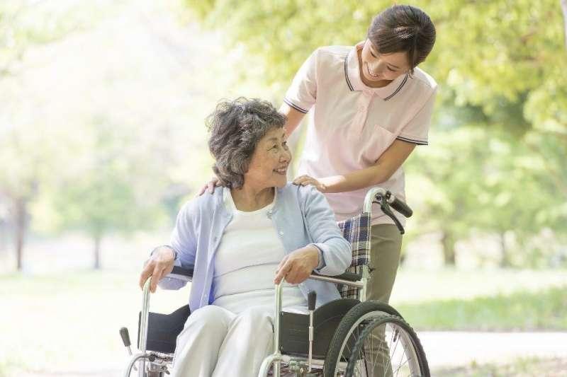 作者認為,長照關鍵在於如何善於運用與結合社會與家庭資源,為長者打造出一套長期照顧的計畫與支持系統。(圖/freepik)