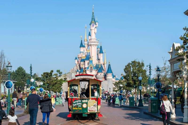 擔任迪士尼營運副總裁多年的他,道出在職場上「跟其他人不一樣」的關鍵幾個要訣。(圖/Disneyland Paris@Facebook)