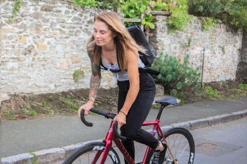 英國知名的單車旅遊部落客來台環島,狂發影片照片在社群網站、羨煞許多英國網友。(圖/Juliet Elliott@facebook)