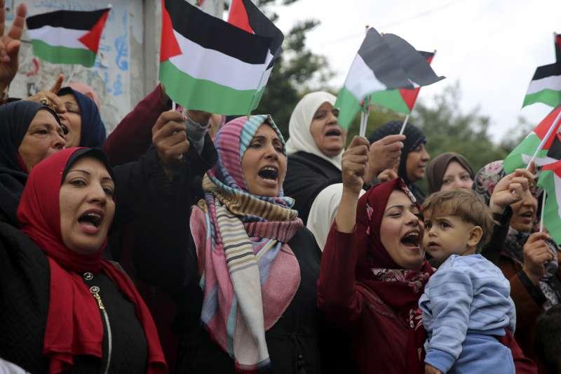 美國承認耶路撒冷為以色列首都,巴勒斯坦加薩走廊婦女上街抗議(AP)