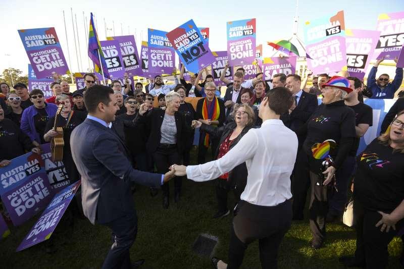 2017年12月7日,澳洲國會通過法案,同性婚姻合法化!(AP)