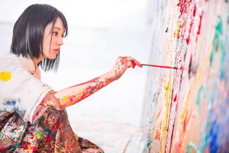 日本藝界新星小松美羽人氣旺,現場創作引來無數人,希望一窺她的神靈世界。(圖/小松美羽(Miwa Komatsu)臉書粉專)