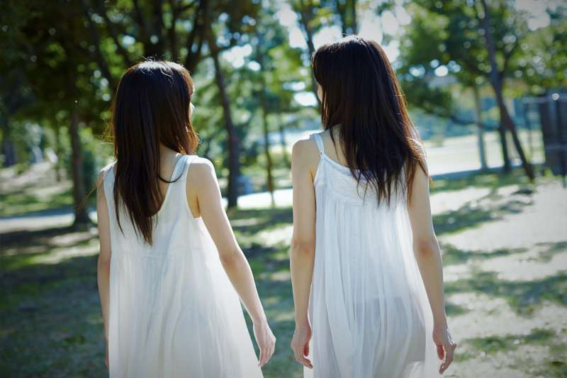 在失能家庭中長大的雙胞胎,卻有截然不同的際遇,心理學家對研究結果驚訝不已。(圖/フリー素材アイドルmikarika)
