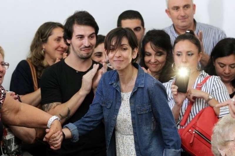 阿德里婭娜(中)在布宜諾斯艾利斯出席了一個感人的記者會。(BBC中文網)