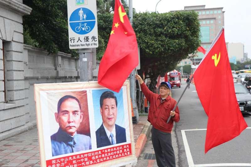 74歲的蕭先生,每個月固定率隊來台灣總統府前揮舞五星旗與中共黨旗,並掛上孫文與習近平肖像。(BBC中文網)