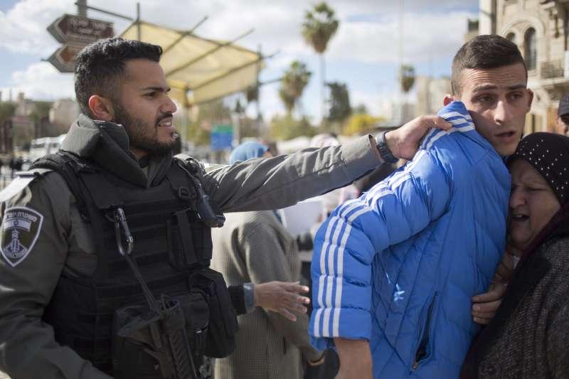 以色列警察在耶路撒冷舊城區推擠一名巴勒斯坦抗議者。(美聯社)