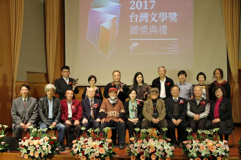 「2017台灣文學獎」得獎者與評審們一同合影。(文化部提供)