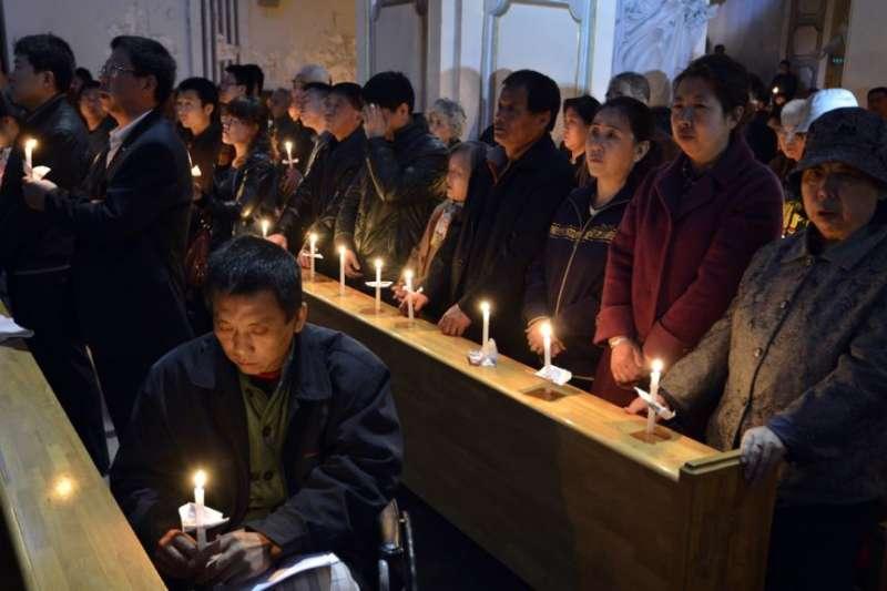 中國山西太原的一處天主教會教徒在做復活節燭光彌撒。(BBC中文網)
