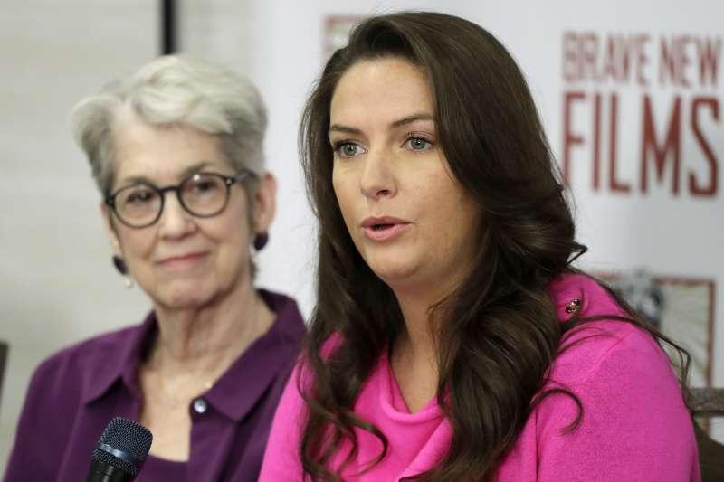 川普性犯罪:霍威指控參加美國小姐選美時,時任選美主席的川普跑到後台看佳麗換衣服(AP)