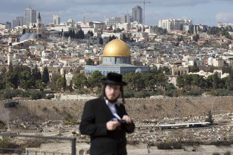 耶路撒冷,一位穿著傳統猶太服裝的居民,背後遠景即為岩石圓頂清真寺(AP)