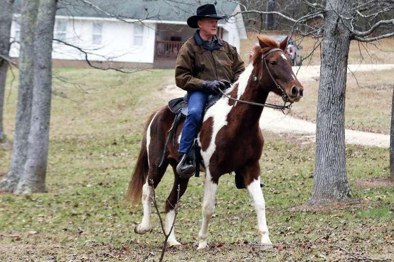 共和黨阿拉巴馬州參議員候選人摩爾騎馬為自己拉票。(美聯社)