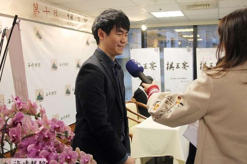 挑戰者林君諺接受記者採訪。(圖/海峰棋院)