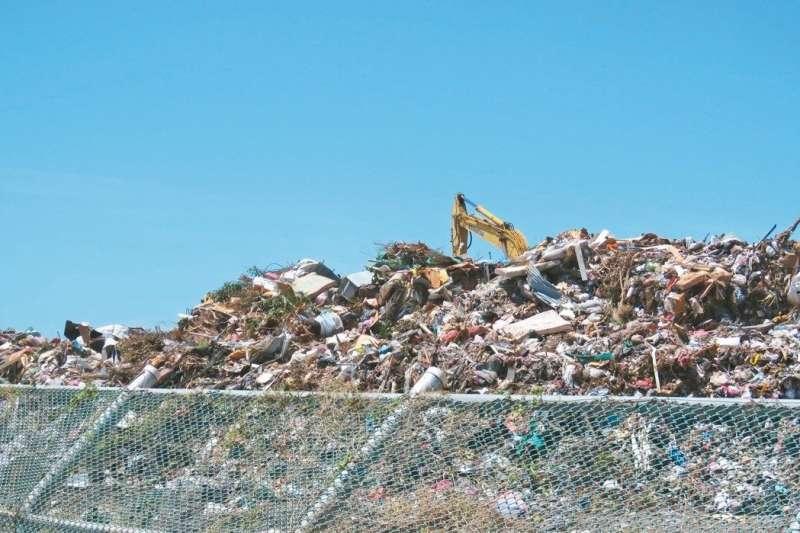 全台各地廢棄物爆量造成地方處理不及,現有掩埋場設施容積趨近不足,看似多年不見的垃圾問題,近年來又如雨後春筍般漸漸地出現。