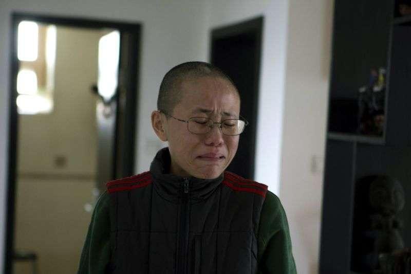 劉曉波過世海葬後,他的遺孀劉霞一直遭到中國當局軟禁,劉霞透露目前每天都要服用抗憂鬱的藥物(AP)