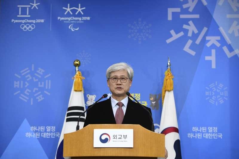 南韓調查慰安婦協議的特別工作組公布調查結果,圖為調查主持人吳泰奎。(美聯社)