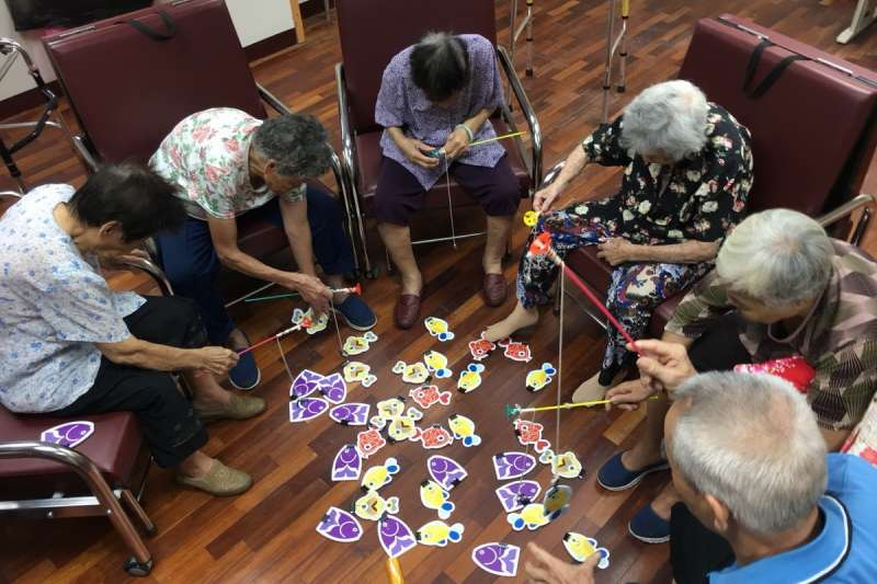 南投縣中寮鄉的社區整合型照顧,讓年老長輩可以有休閒活動,又可增強身體機能。(圖/南投縣衛生局提供)