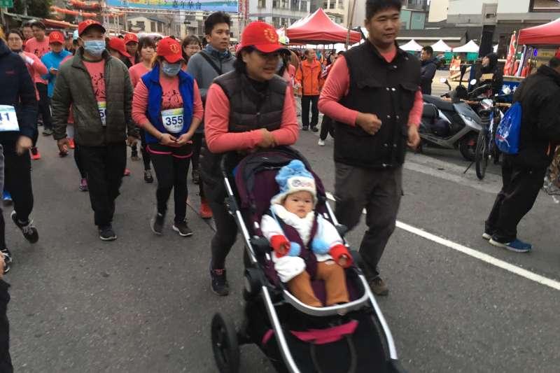 「第二屆清水馬拉松嘉年華會」有二千五百多位來自各地的民眾分批較勁,甚至有家庭主婦推著娃娃車參加路。(圖/中市議會同心會提供)