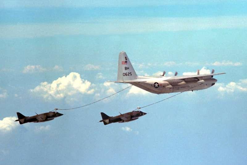 2017-12-31-美軍KC-130R空中加油機進行空中加油。(Wikipedia/Public Domain)