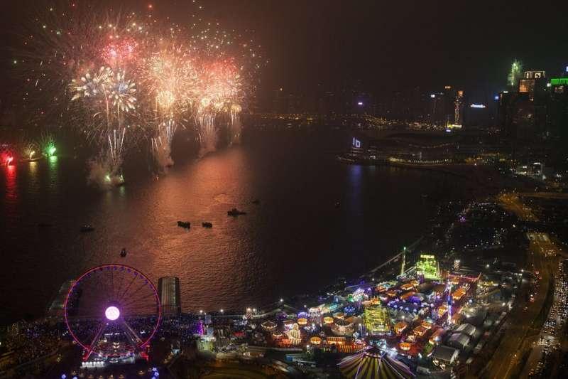 香港維多利亞港除夕與新年交接的夜空。(BBC中文網)
