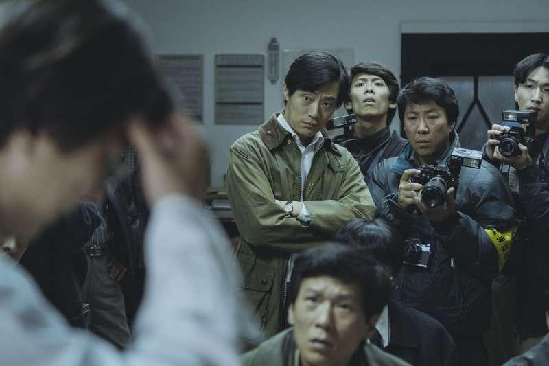 南韓《東亞日報》記者尹相參(李熙俊飾)(左)堅持挖掘真相(車庫娛樂提供)