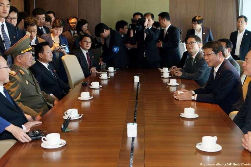 黃炳誓(圖左中)率領北韓代表團與韓方會晤。(德國之聲)