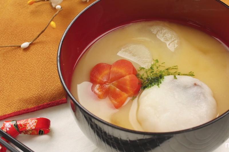 傳統上,日本家庭會在蔬菜湯中加入麻糬,一起慶祝新年的到來。(示意圖/翻攝自youtube)