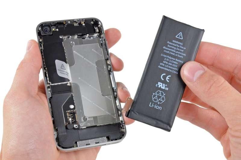 記得以前的手機幾乎都是能換電池的,隨身帶個充飽的替換電池就好,不需要行動電源。再加上電池會老化,那到底為何現在手機都不設計可替換電池呢?(圖/pexels)