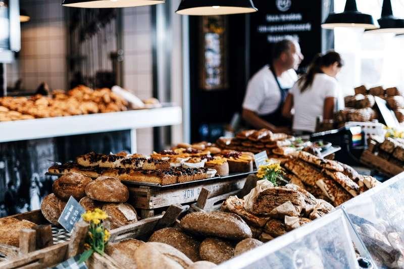 法國人不用塑膠袋,也能輕鬆把麵包帶回家。(圖/pixabay)