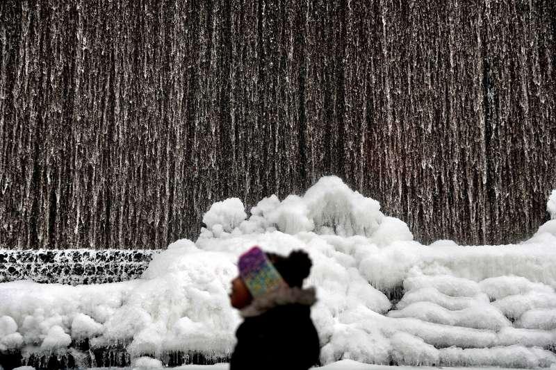 喬治亞州首府亞特蘭大的8歲女童費里曼望著積雪(Alora Freeman)