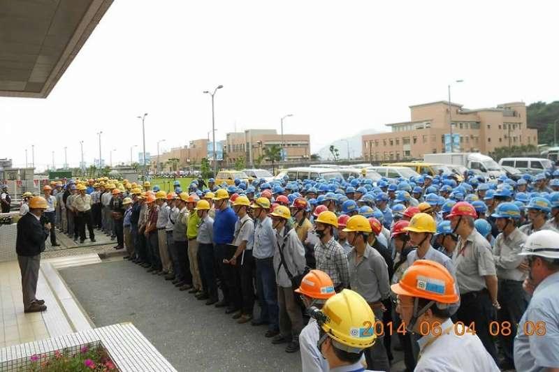 龍門的每天工具箱會議由廠長親自主持,叮嚀!載藍色安全帽的是包商,紅色帽子的是工安員,黃色帽子是台電監工,白色帽子是顧問,我們就是這樣每天每天一步一腳印把龍門完成的!(王伯輝提供)