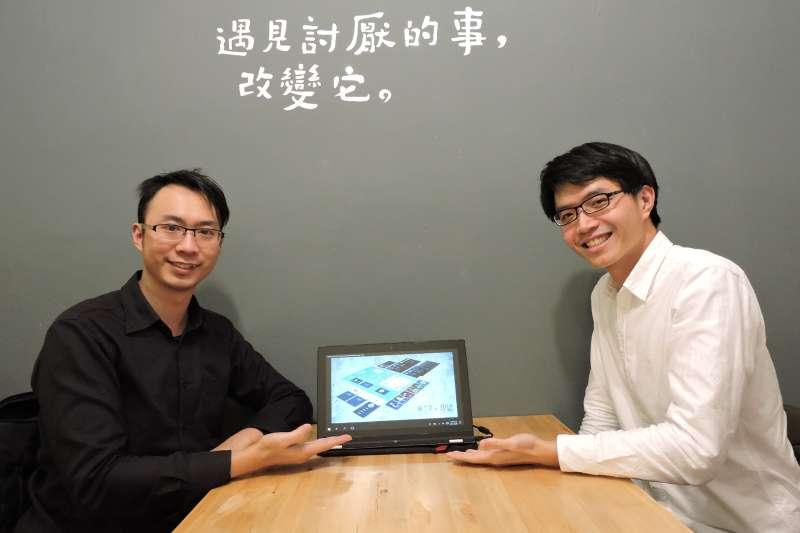 他群工作室林煜庭(右)與林元菩(左)設計「烏托邦賽局」桌上遊戲(圖/他群工作室提供)