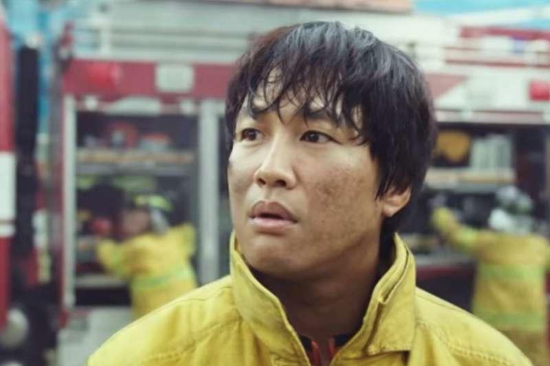 當全台灣都為了《與神同行》而瘋狂,他卻從中看見幾處「讓人費解」的地方。(圖擷取自Youtube)