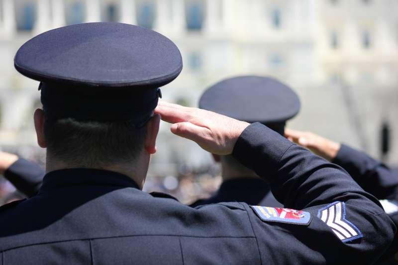 作者聲稱,由於早期激進派對於警察形象偏見的關係,私下稱警察為「狗」或「四腳仔」以暗諷警察,使得警察經常被先入為主的觀念曲解。(資料照,圖/Elvert Barnes@flickr)