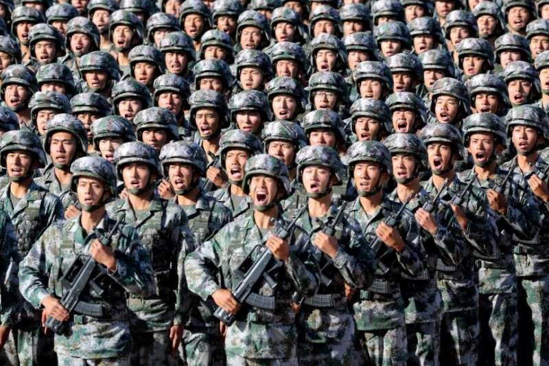 中國解放軍軍人在內蒙古朱日和訓練基地準備參加閱兵,慶祝解放軍建軍90週年。(美國之音)
