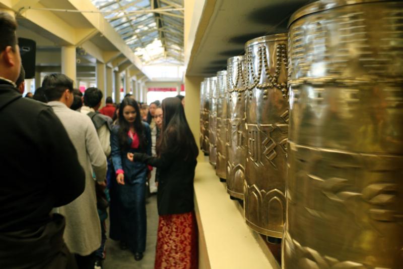 年節時在大昭寺排隊參拜的人群。(圖/作者提供)